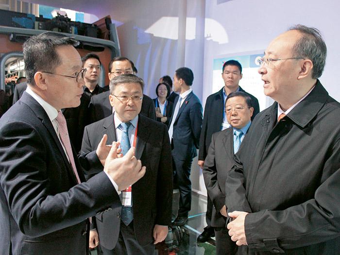四川省委副书记、省长尹力在2016年西博会莅临成都展馆betway下载有轨电车展区